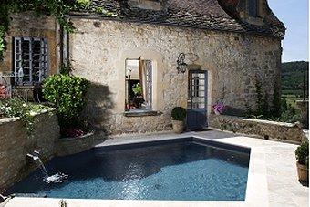Une piscine citadine aux allures de fontaine jardiner for Fontaine de piscine