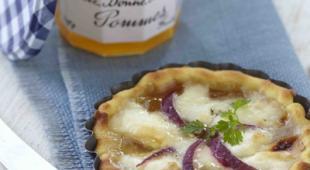 tarte-pelardon-oignons-rouges-gelee-de-pommes