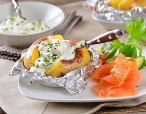 Pomme de terre au four et saumon fum - Accompagnement barbecue pomme terre ...