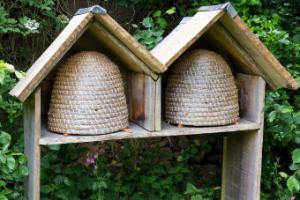 avoir une ruche dans son jardin pour faire du miel. Black Bedroom Furniture Sets. Home Design Ideas