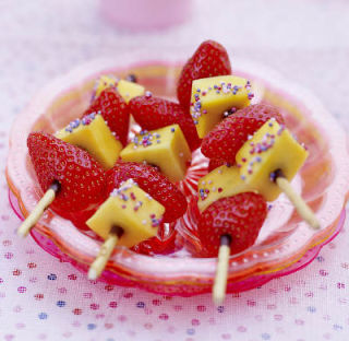 Brochettes de mangue et de fraises