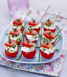 Tomates cocktail farcies au fromage frais et aux herbe
