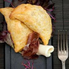 chaussons aux oignons rouges, viande de grisons et fromage.