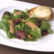 Salade de mâche, gésiers confits et toast de cabécou