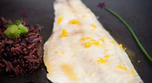Bar rôti au beurre de miel et d'agrume