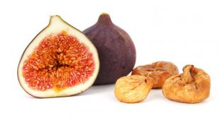 Sliced fig, whole fig and dried figs together.