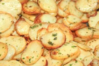Tout sur la cuisson de la pomme de terre Il existe mille façons de cuisiner les pommes de terre. Voici quelques conseils pour réussir vos recettes… En purée, en gratin, sautées ou simplement à l'eau avec une noix de beurre, la pomme de terre peut se cuisiner de multiples façons. En fonction des différents modes de cuisson, voici nos conseils et astuces pour que ce tubercule tant apprécié donne le meilleur de lui-même. Cuisson à l'eau avec ou sans la peau Il faut toujours démarrer la cuisson à l'eau froide pour assurer une tenue et une cuisson parfaite à la pomme de terre. Ajouter à l'eau 10 à 15 g de gros sel par litre d'eau à l'ébullition et cuire de 25 à 30 minutes. En gratin Pour exécuter un gratin, éplucher les pommes de terre, les laver rapidement et les sécher dans un torchon, les découper en rondelles assez fines. Ne pas les relaver car l'amidon servira de liant au gratin. Il suffit ensuite de les déposer dans un plat préalablement beurré et frotté à l'ail et ajouter du lait. Cuisson de 45 à 60 minutes selon la contenance. Sautées Découpées en dés ou en rondelles, les pommes de terre doivent ensuite être lavées généreusement et séchées dans un torchon propre afin d'éliminer l'amidon. Cela évitera qu'elles ne collent à la cuisson. Cuire dans un mélange chaud de beurre et d'huile en remuant régulièrement pendant 20 à 25 minutes. En robe des champs, au four Brosser les pommes de terre, puis les piquer avec une fourchette pour les empêcher d'éclater pendant la cuisson. Emballer chaque pomme de terre dans un papier d'aluminium et enfourner pendant environ 55 minutes (four à 180°). Ce mode de cuisson convient également dans la cendre d'une cheminée ou au barbecue. En purée Eplucher les pommes de terre, les laver et les faire cuire à l'eau avec un bouquet garni en démarrant à froid. Piquer d'un couteau pour vérifier la cuisson. Les passer encore chaude au presse-purée en ajoutant au fur et à mesure le beurre et le lait (ou crème fraîche), saler et poivrer. Il faut é