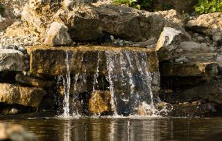 ruisseau cascade jardin pente butte